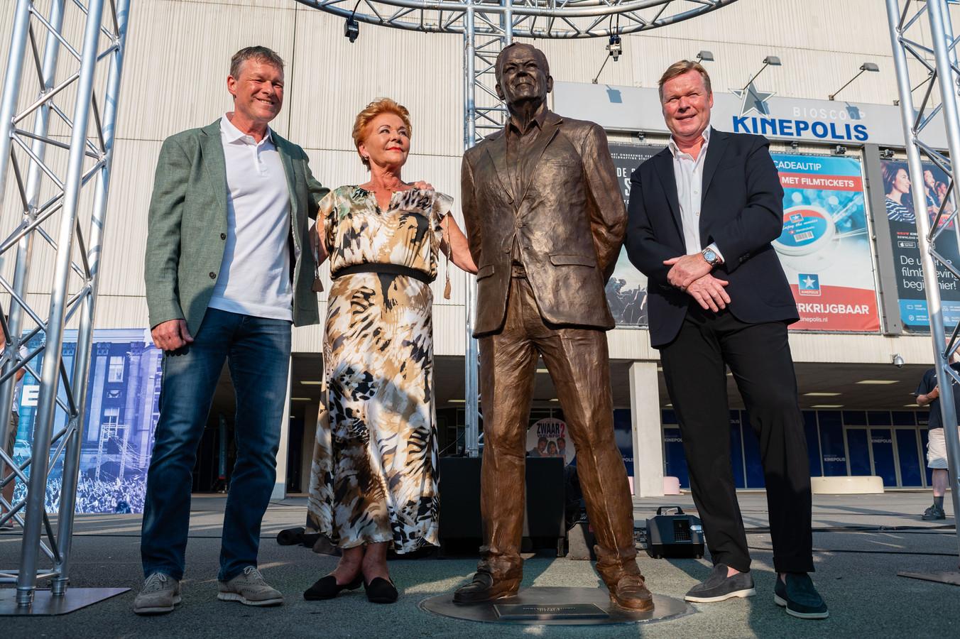 Vlnr Erwin, Wies en Ronald Koeman bij het standbeeld van Martin Koeman.