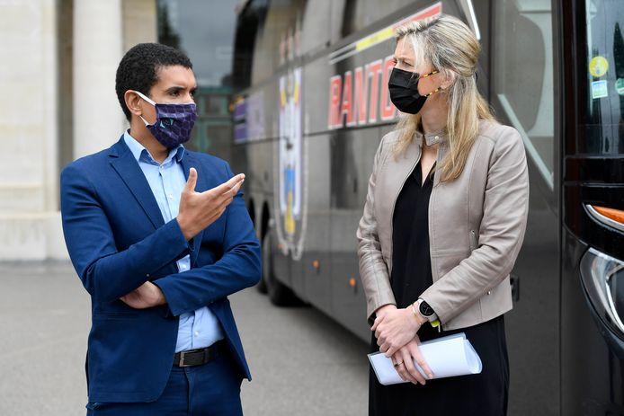 Pro League-woordvoerder Stijn Van Bever in gesprek met minister Annelies Verlinden voor de spelersbussen die maandag voor de gelegenheid afzakten naar het Koning Boudewijnstadion.