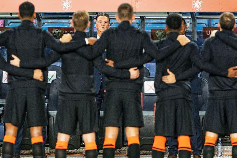 Louis van Gaal kijkt woensdag tijdens de volksliederen naar zijn spelers. Beeld Guus Dubbelman / de Volkskrant