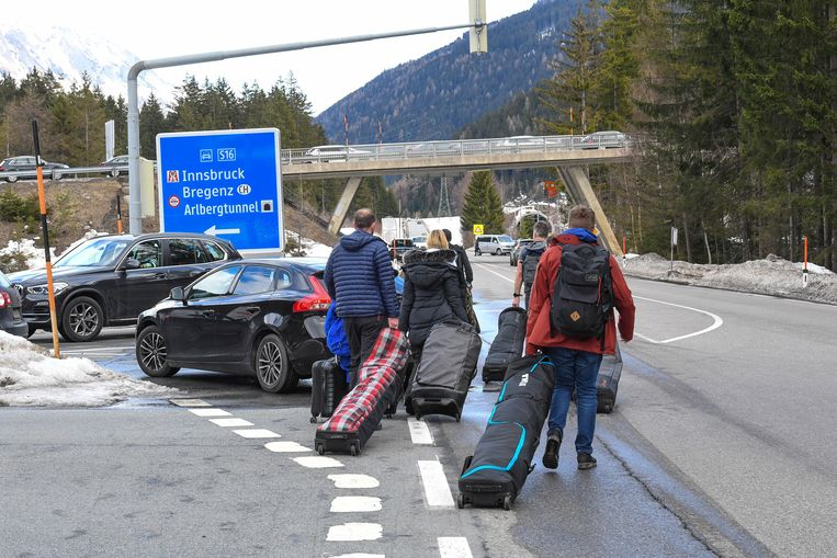Toeristen verlaten St. Anton am Arlberg, maart 2020. Beeld HH
