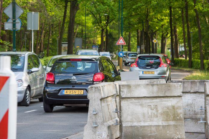 De Burgemeester Uijenstraat in april vorig jaar, tijdens de spits. De straat wordt met ingang van maandag twee weken lang afgesloten voor al het verkeer.