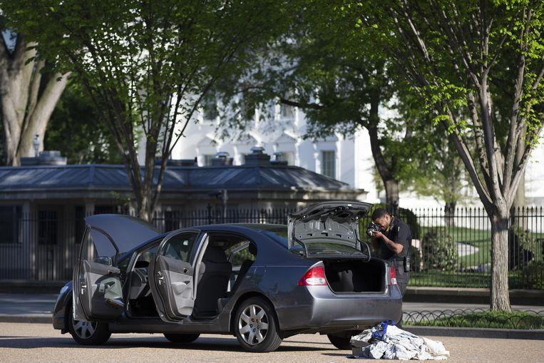 Een agent van de geheime dienst onderzoekt de auto die te dicht bij het Witte Huis kwam