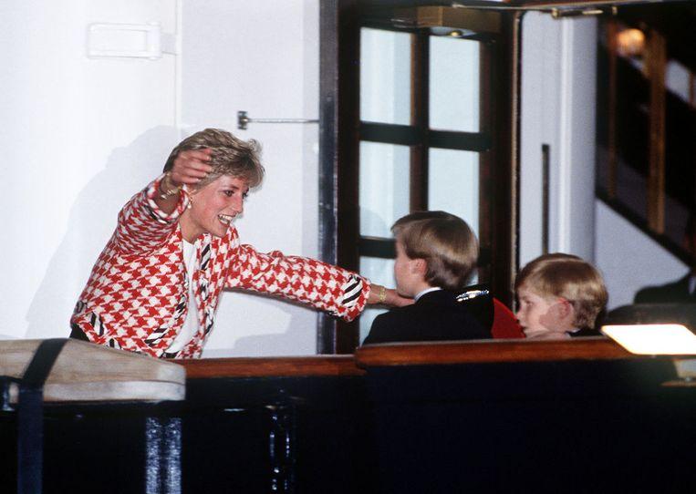 Prinses Diana begroet haar zoons in Toronto tijdens een officieel bezoek aan Canada in 1991. Beeld Getty Images