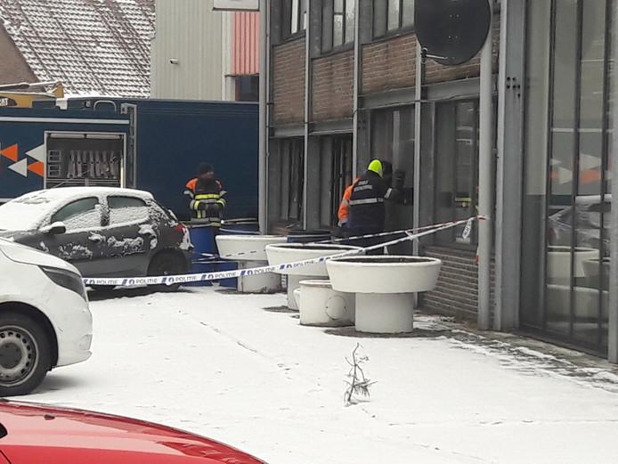 Een anonieme beller heeft de politie Eindhoven getipt dat er drie doden in drugslab in het Belgische Hechtel-Eksel lagen.