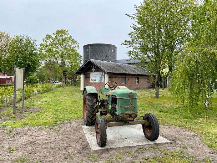 Een authentieke tractor pronkt in de voortuin van De Ster