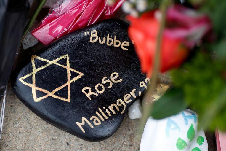 Een gedenksteen voor Rose Mallinger, die op 27 oktober werd dood geschoten in de Tree of Life synagoge in Pittsburgh. Beeld AP
