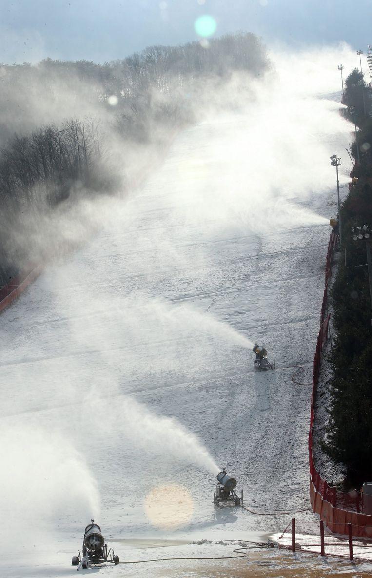 Sneeuwkanonnen in skiresort Hongcheon, Zuid-Korea. Beeld EPA