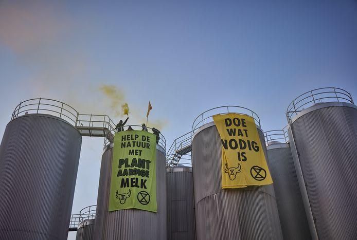 Demonstranten willen dat FrieslandCampina overschakelt op de productie van plantaardige melk.