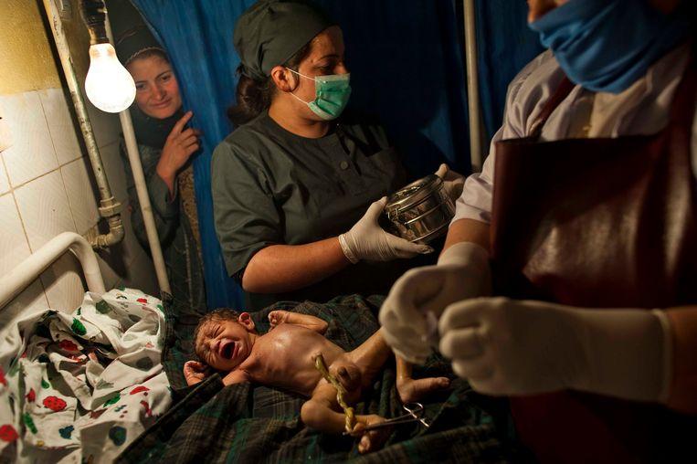 Vrouwelijk medisch personeel verzorgen een pasgeboren baby in Fayzabad, 2009. Beeld © Lynsey Addario / 2021 The Atlantic Monthly Group, Inc.   All rights reserved. Distributed by Tribune Content Agency