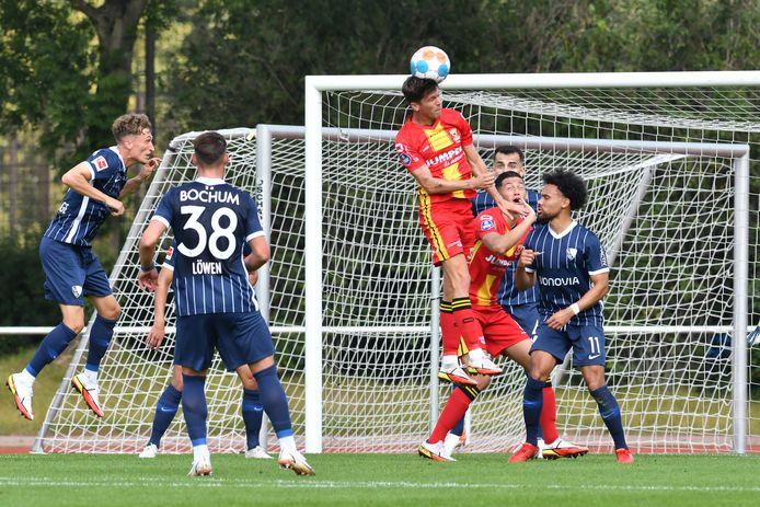 Marc Cardona torent hoog uit boven de spelers van Bochum.