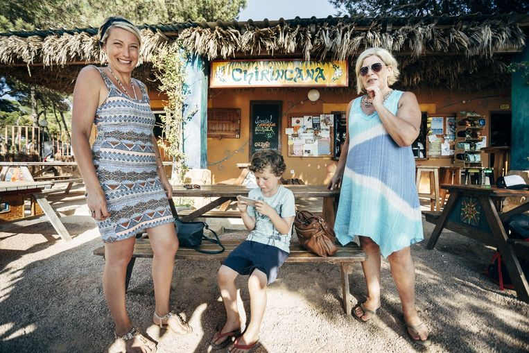 Katrien, haar zoon Helder en haar moeder Liliane: vakantie tussen hippies, nudisten en iPad. Beeld Joris Casaer