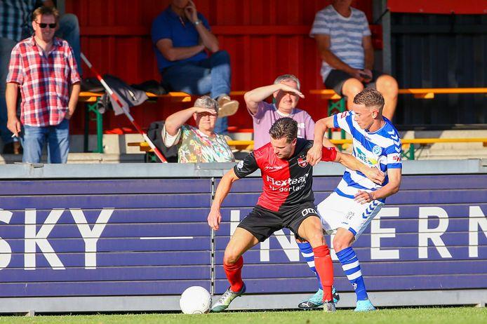 Guido van Rijn van De Treffers wordt op de huid gezeten door De Graafschap-speler Julian Lelieveld.