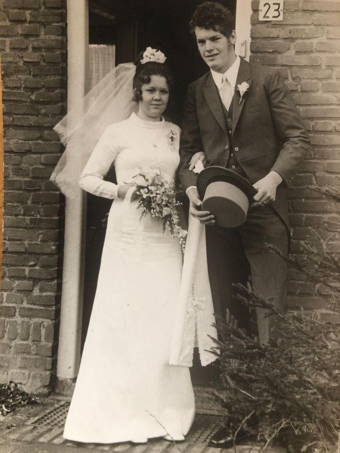 De trouwfoto van Harrie en Nannie van Hoof uit 1971.
