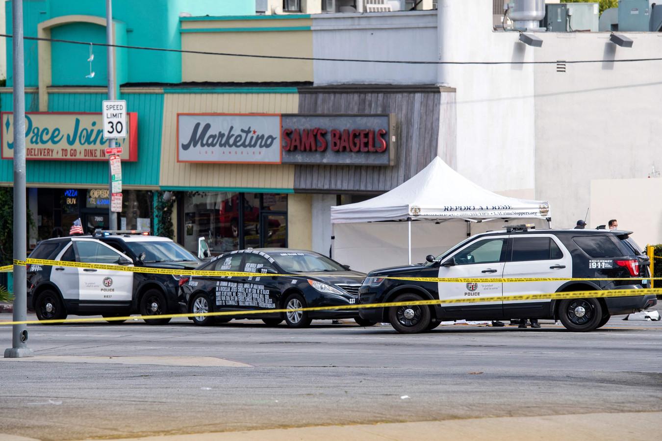 De zwarte auto van de doodgeschoten man was bedekt met stickers.