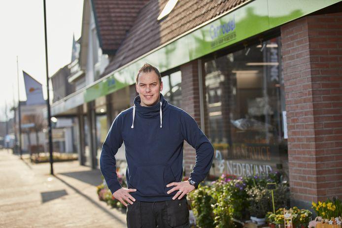Bedrijfsleider Martijn Mengerink voor het pand van Carrousel. Op dit moment zitten er zo'n vijftien ondernemers in de Vordense shop-in-shop.