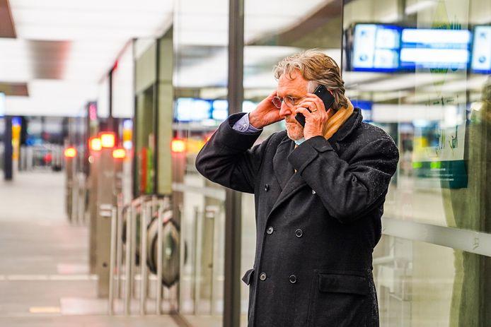 Burgemeester Jorritsma op station Eindhoven terwijl hij met praatprogramma Op1 belt.