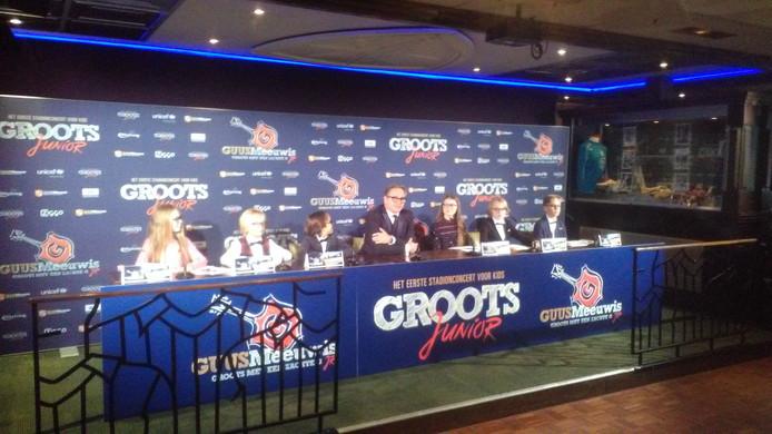 Guus Meeuwis en de kinderen tijdens de persconferentie.