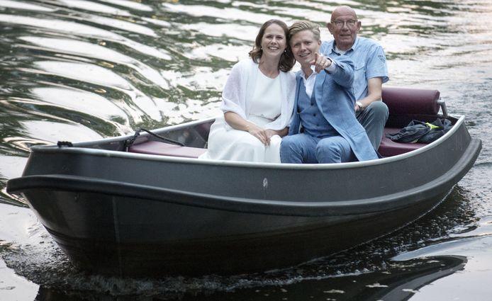 De huwelijksboot met Wiebe de Groen en Sven van Rooijen vaart door de gracht in Groenlo.