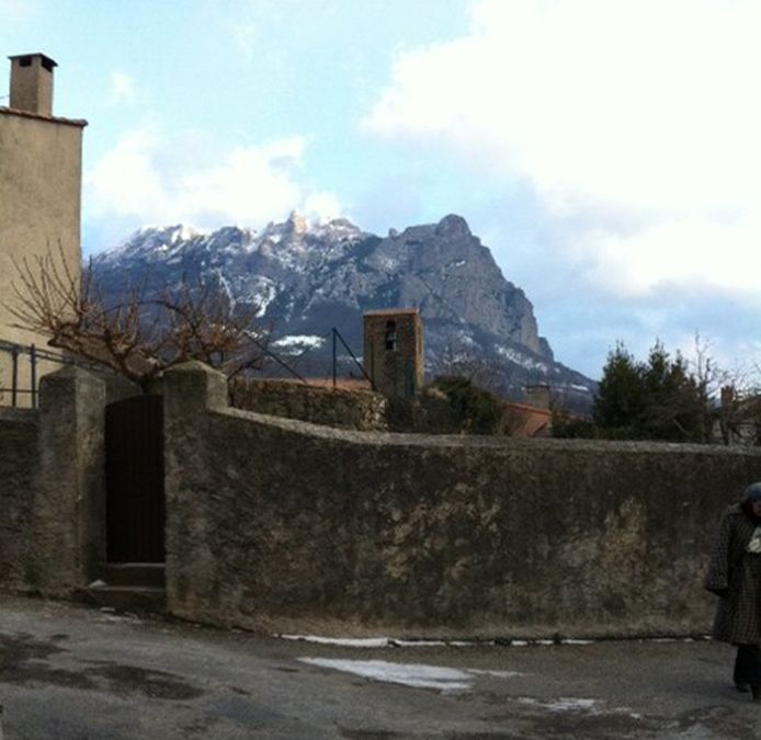 De 'Pech de Bugarach' gezien vanuit het dorp. Een kerkje is er wel, en een voetbalterrein, maar een café of winkel vind je er niet.