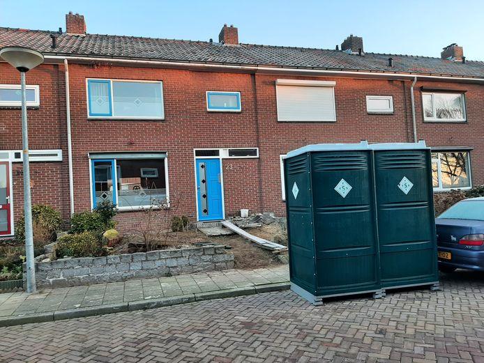 De mobiele toiletten in 's-Heerenberg, dinsdagochtend. De politie is er weer weg.