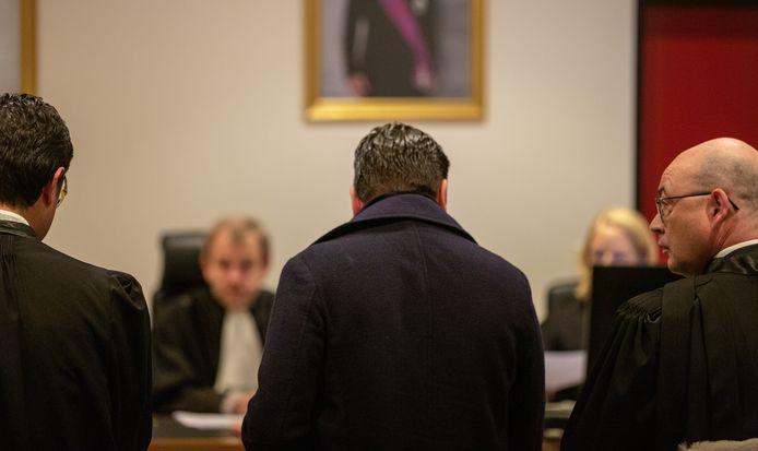 Michaël Peeters (midden) in de rechtbank van Turnhout.