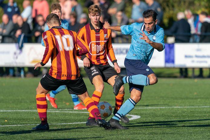 VV Dieren, hier tegen FC Zutphen, moet weer op zoek naar een nieuwe trainer nu Harry Rutgers zijn vertrek heeft aangekondigd.