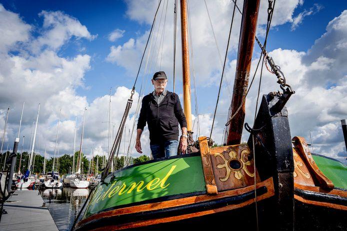 Piet van den Hurk op zijn schip Pieternel.
