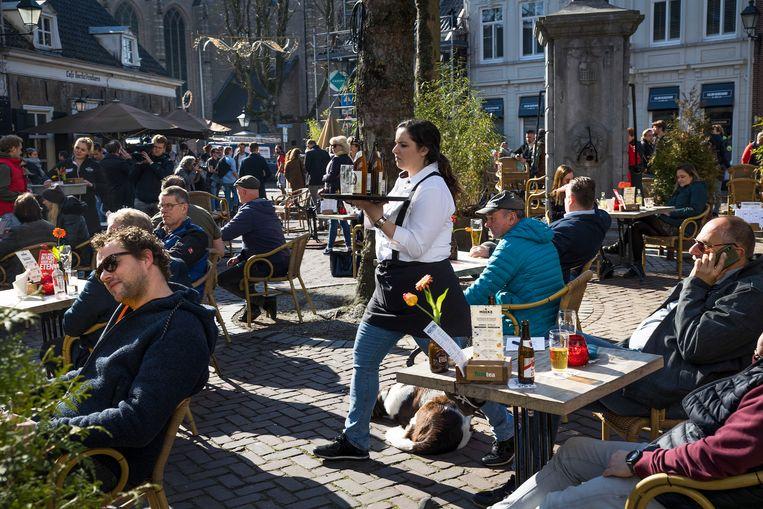 Terras op de Ginnekenmarkt in Breda waar horecaondernemers uit protest hun terrassen opengooiden. Beeld Arie Kievit
