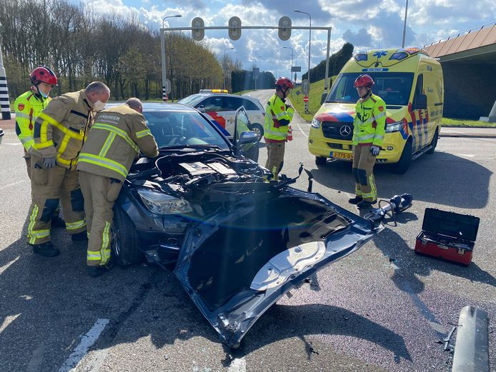 Een van de auto's raakte door het ongeluk flink beschadigd.