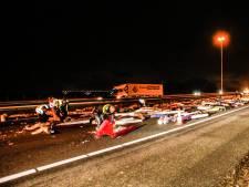 Vrachtwagen verliest lading op Moerdijkbrug: A16 bezaaid met gordijnen