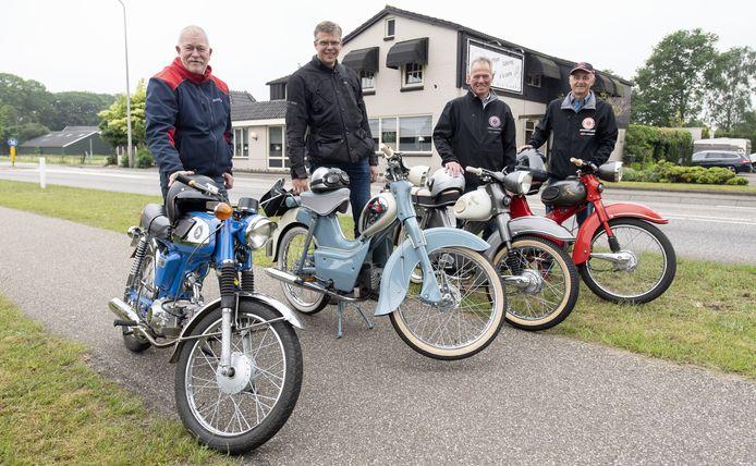 Gepassioneerde Kreidler-bezitters (vanaf links) Erik Jansen, Thomas Beumer, Harry Veldhuis en Alwin Meijer op de plek waar ze vroeger de deur platliepen bij 'Jan van Derk' Rietman, tegenover restaurant Evers. Als Jan niet in zijn werkplaats was, dan was-ie bij Evers te vinden.
