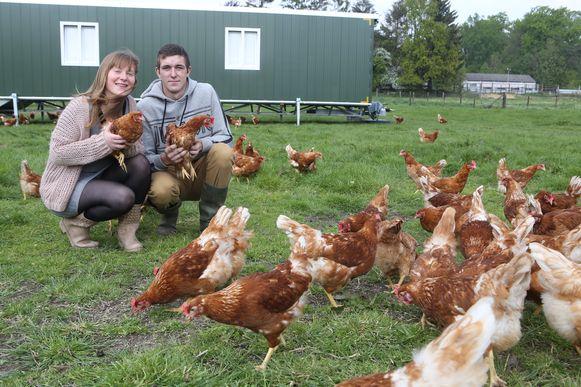 Shana en Jelle samen met hun kipjes