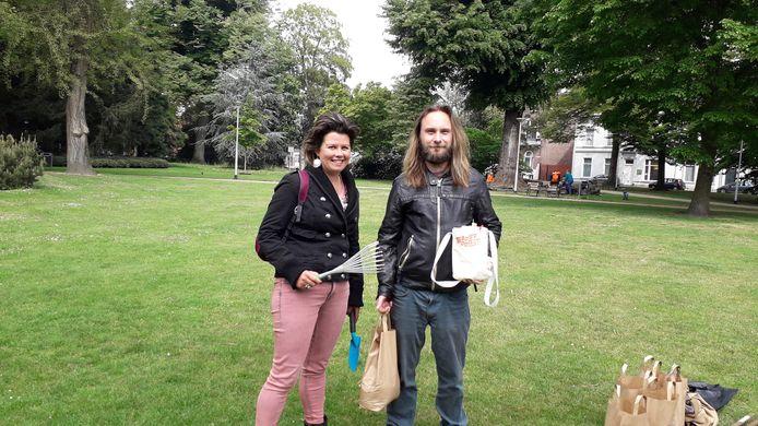 Troostoogst. Vrijwilligers Anne Smeets en Jim van den Berg.