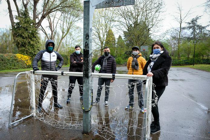 Schepen Ingrid Deblock (rechts) met enkele jongeren op het tijdelijk sportterrein in het park van Diegem.