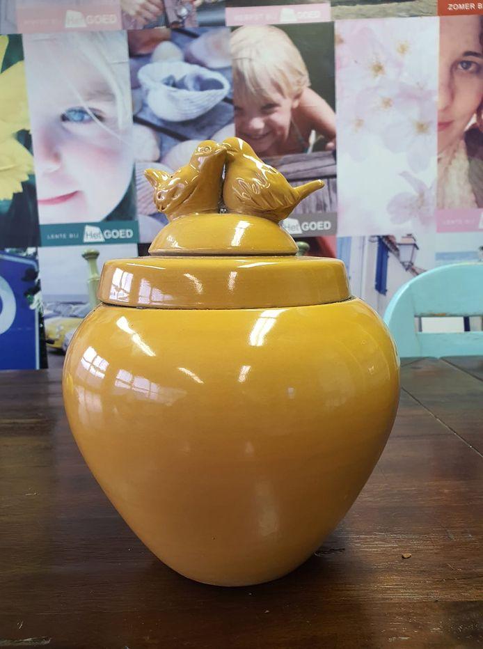 Kringloopwinkel Het Goed in Geldrop ontdekte afgelopen week deze urn met inhoud tussen de afgegeven goederen.