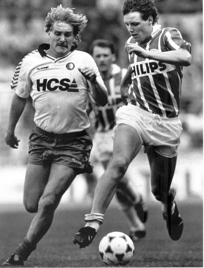 Ton Lokhoff (l) in dienst van Feyenoord in duel met PSV'er Flemming Poulsen.