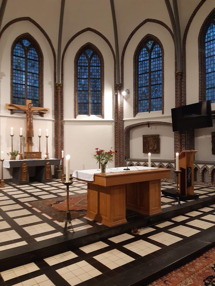 Op de voorgrond het nieuwe, houten altaar in de Heusdense kerk. Het komt uit de oude St. Jozefkerk in Someren-Heide. Op de achtergrond zie je het altaar dat plaats heeft gemaakt, onder het kruis.