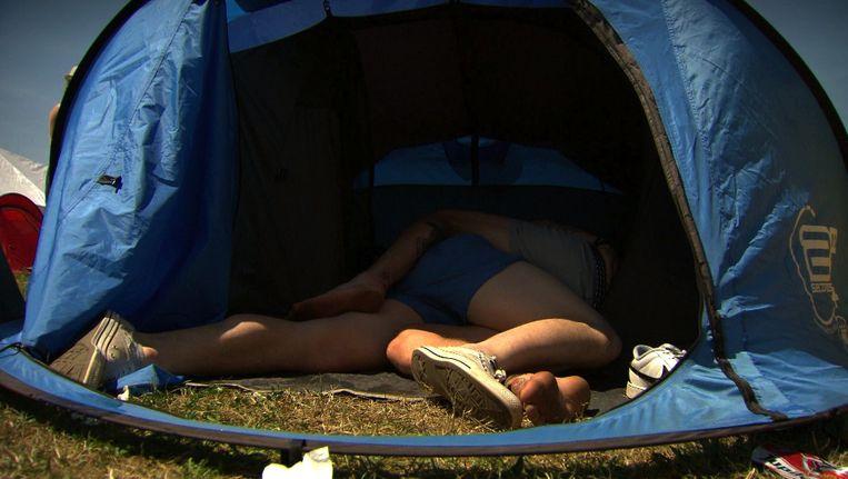 Voetjewrijven in de tent. Beeld Teun Poppe