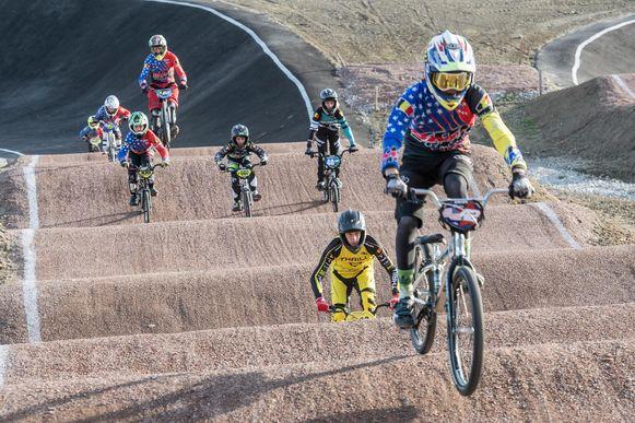 BMX'ers testen de gloednieuwe piste uit.