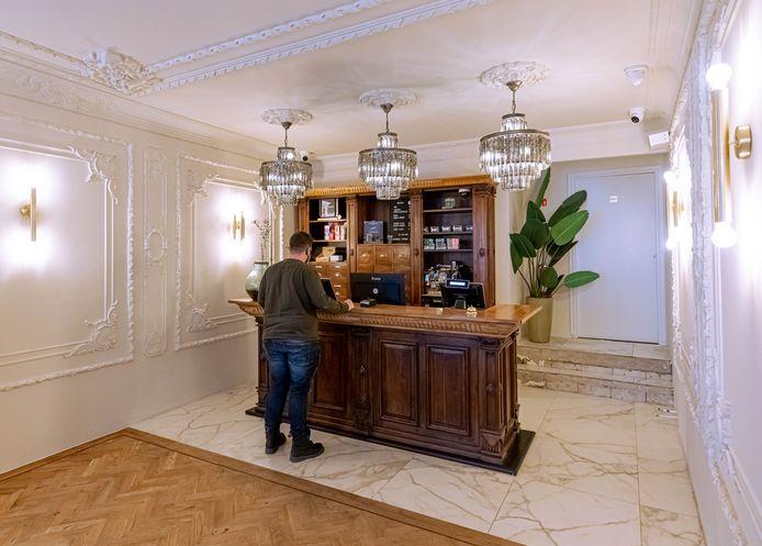 Eigenaar Tim de Wilde koos voor een verrassend interieur voor zijn coffeeshop De Rode Leeuw in Zwolle. ,,Ik wil cannabis uit het verdomhoekje halen.''