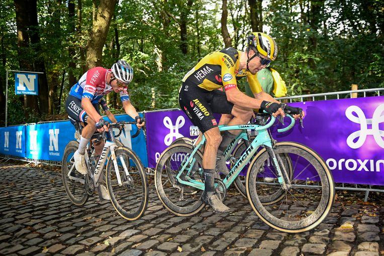 Wout van Aert trapt stevig door op de Kemmelberg, Mathieu van der Poel volgt in zijn wiel. Beeld Photo News