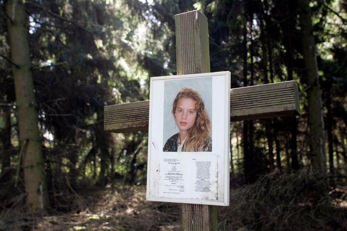 Het kruisje met de foto van Nicole van de Hurk bij de vindplaats van haar lichaam in de Lieropse bossen.