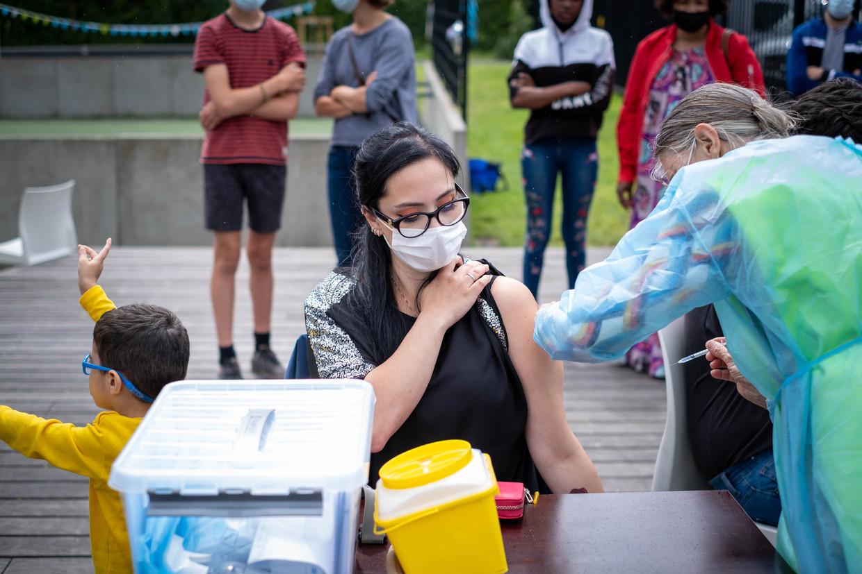 Mobiele vaccinatie in Mechelen. Beeld David Legreve