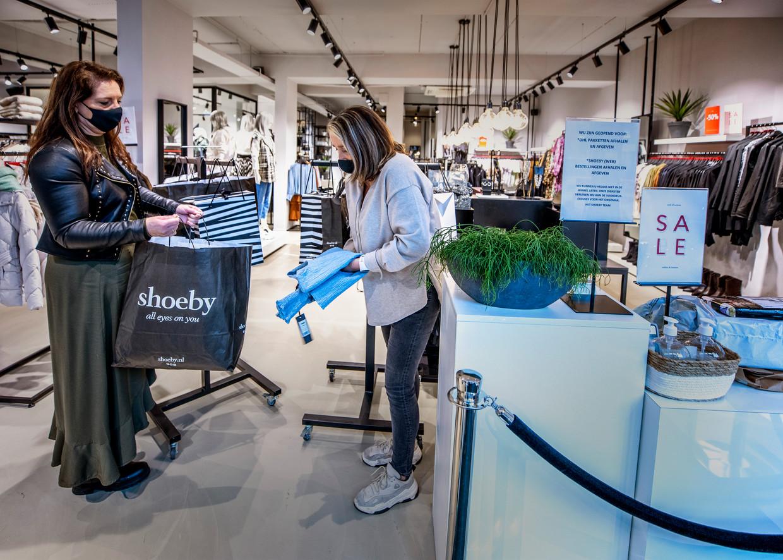 De Shoeby in Oosterhout was tijdens de lockdown dicht, behalve voor online bestellingen en voor pakketten van DHL. Beeld Raymond Rutting / de Volkskrant