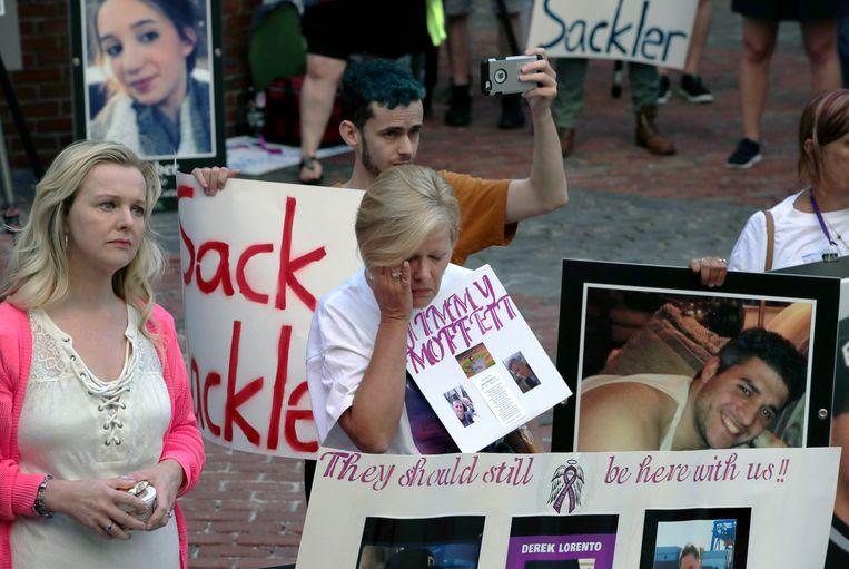 Demonstranten bij een rechtszaal waar werd geprocedeerd tegen Purdue Pharma. Beeld AP