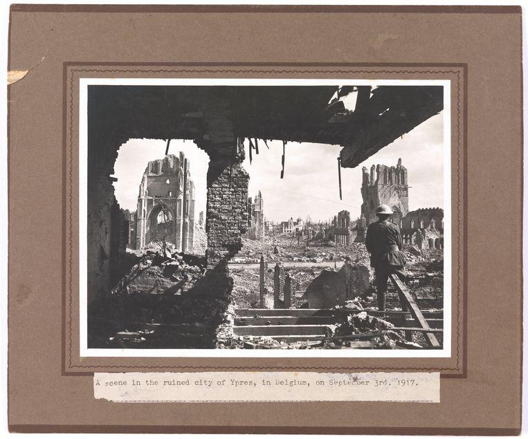 Een soldaat kijkt op 3 september 1917 uit op het totaal verwoeste Ieper. Beeld RV