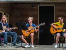 Volle bak bij open dag Muziekschool Rijssen, kinderen staan bij elk instrument in de rij
