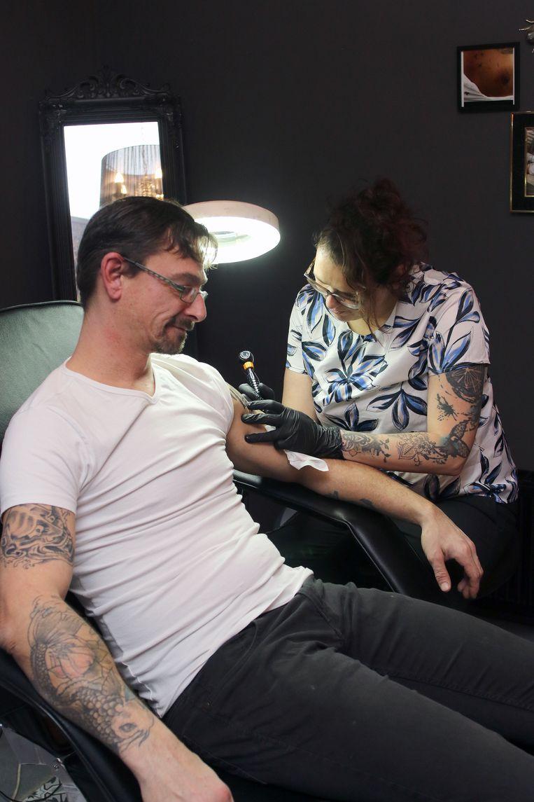 Carolien Michielsen aan het werk in haar tattooshop.