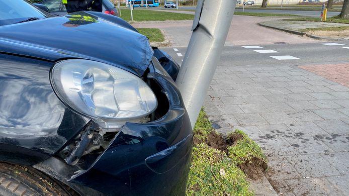 De auto is tot stilstand gekomen tegen een lantaarnpaal.