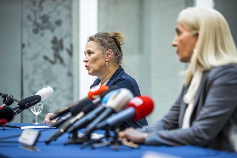 Bestuursvoorzitter Helen Mertens (rechts, voorzitter Raad van Bestuur) en prof. dr. Karin Faber van het ziekenhuis MUMC+ tijdens de persconferentie. Beeld ANP